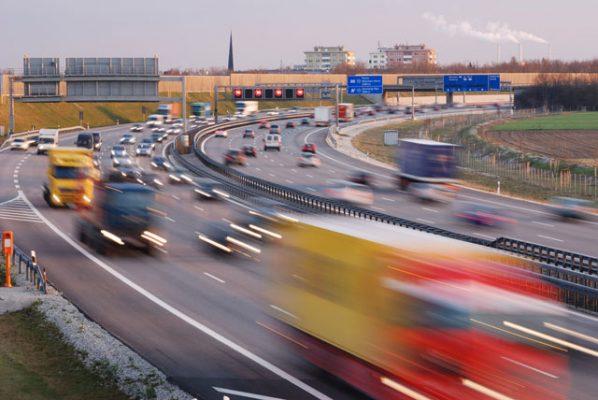 ruch samochodowy na drodze