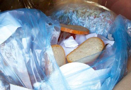 wyrzucanie żywności do śmieci