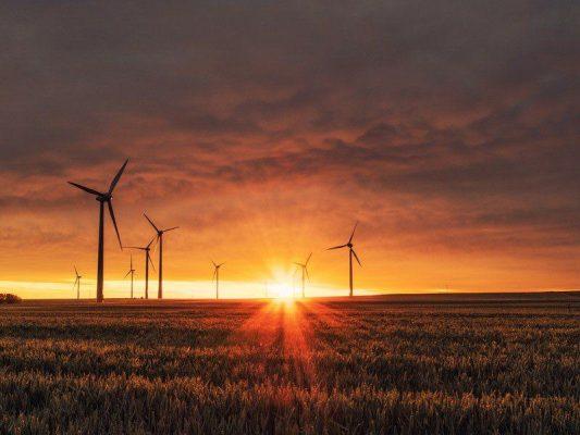 wiatraki - farma wiatrowa - zachód słońca