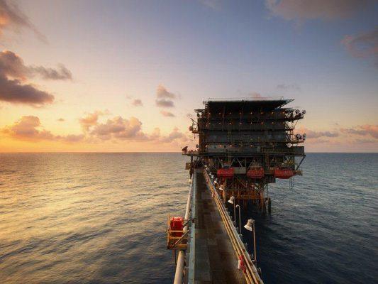 platforma wiertnicza - wydobycie ropy naftowej - morze