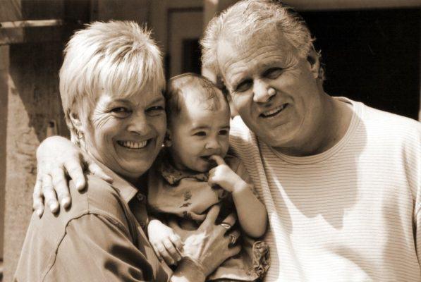 babcia - dziadek - wnuk - picie wody