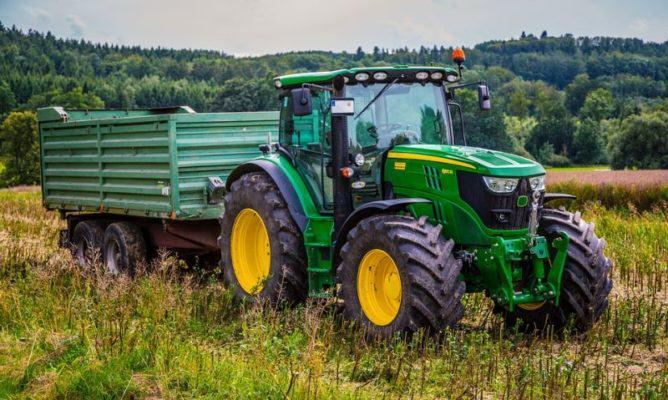 traktor z przyczepą na łące