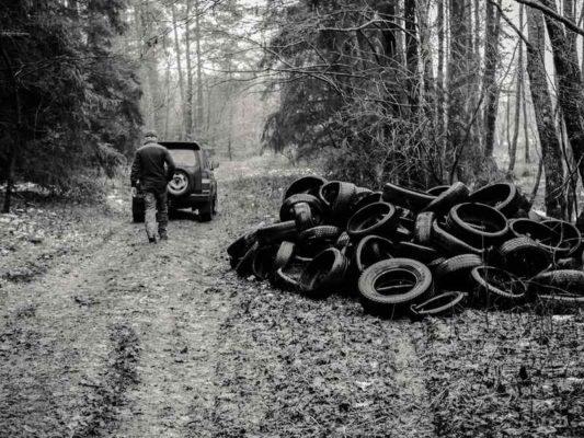 hałda zużytych opon w lesie