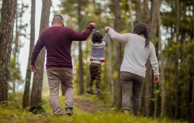 rodzinny spacer w lesie