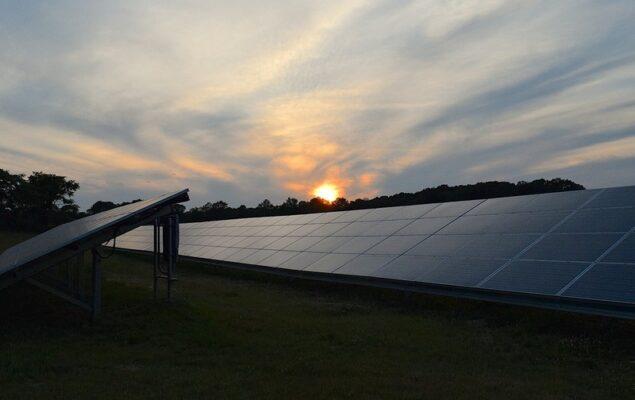 instalacja fotowoltaiczna na tle zachodzącego słońca