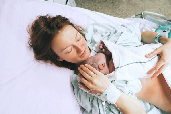 matka trzymająca noworodka