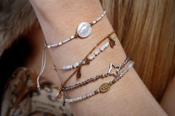 bransoletka na ręce kobiety