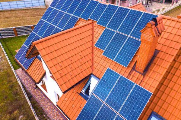 panele fotowoltaiczne na dachu domu mieszkalnego